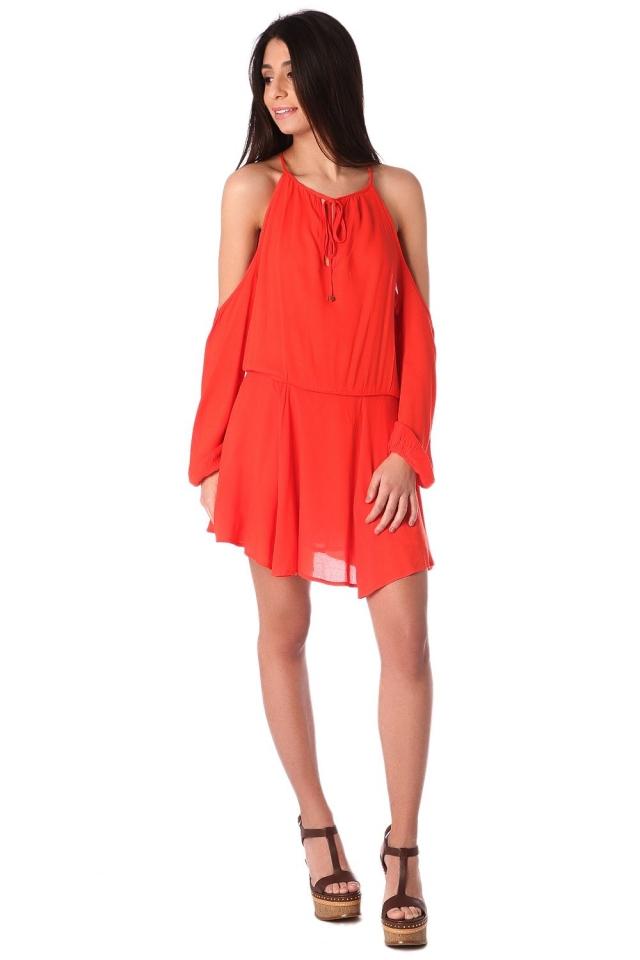 Mini vestido laranja com ombros nus e peito para cima com laço