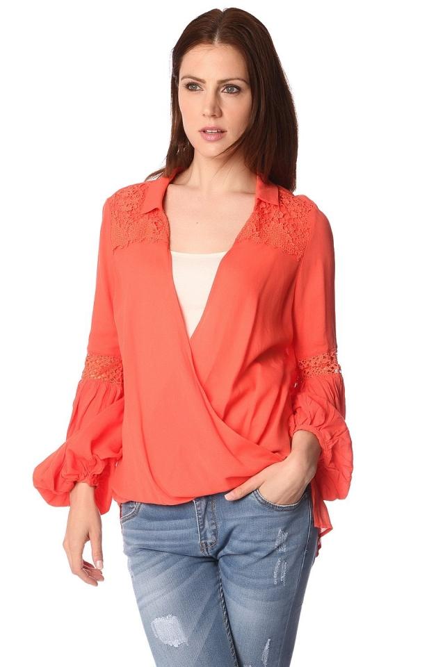 Blusa laranja com frente wrap e drapeados detalhe