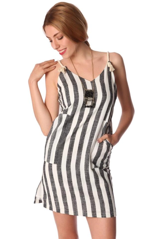 Mini vestido com listras verticais e creme corda cintas