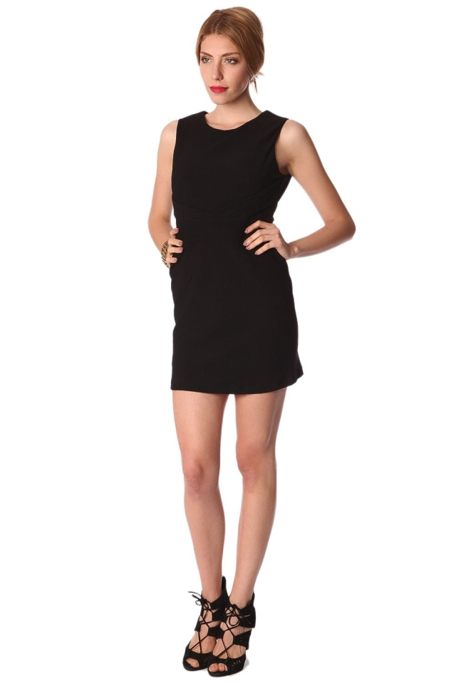 Mini vestido preto apertado detalhando cruz frente