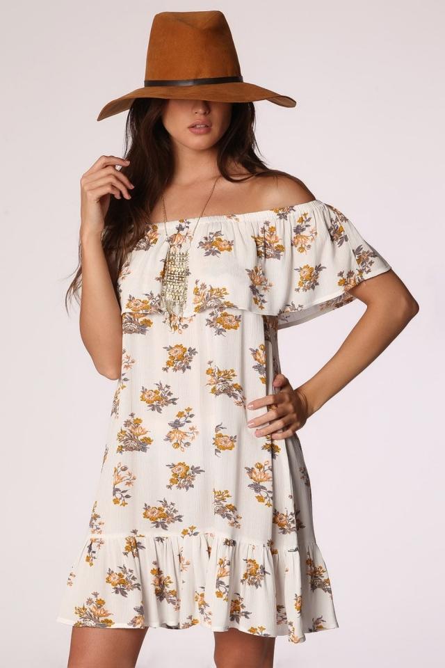 vestido branco com babados e ombros nus com estampa floral