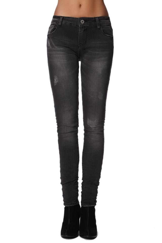 Em jeans skinny pretas usadas