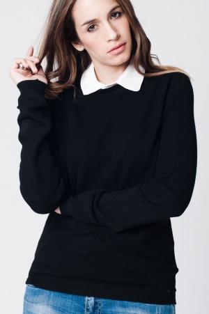 Jersey preto com colar em contraste