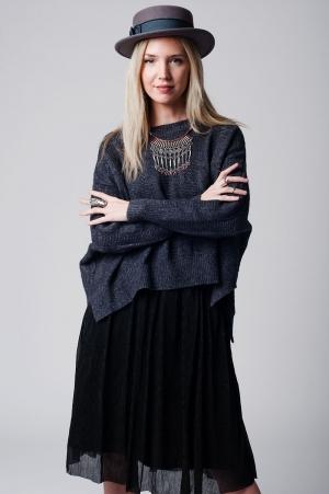 Suéter cinza longo com ombros que caiem