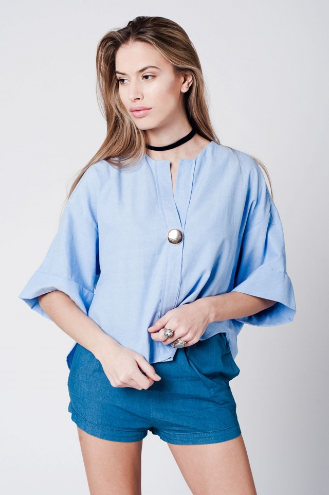 Top de algodão azul com detalhe de botão