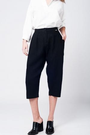 Calças de meia perna linho preto com detalhe de alicates