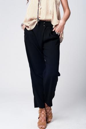 Calças pretas com perna larga e detalhe da cintura