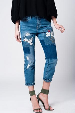 Mom jeans com pano e manchas florais bordadas
