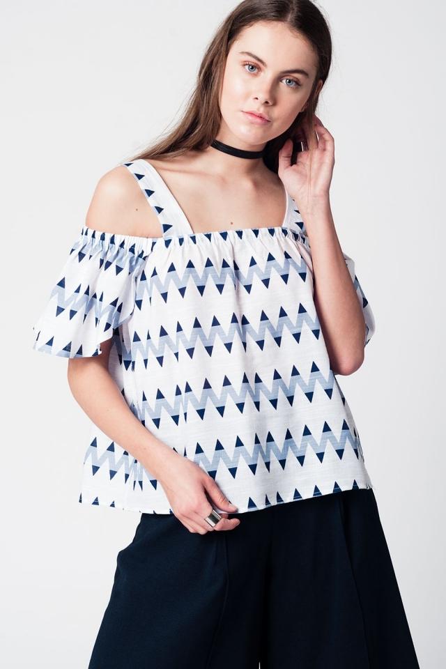 Blusa com impressão em zig zag azul e ombros nus