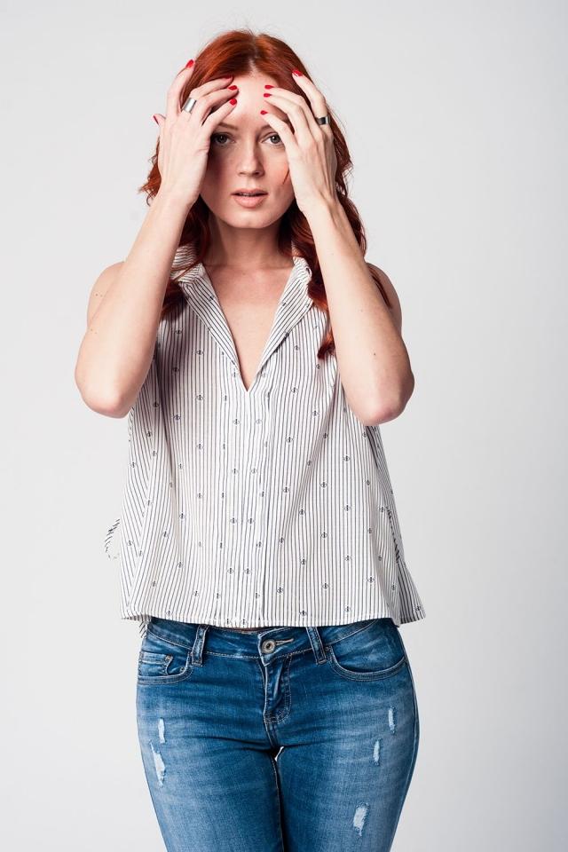 Blusa branca sem mangas com decote em V e design de marinheiro