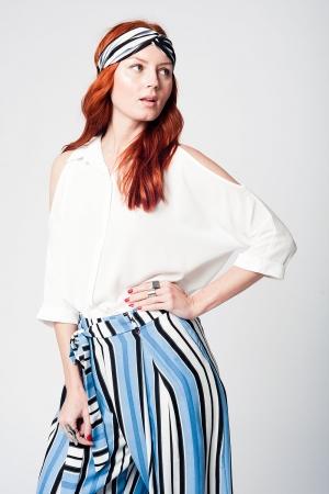 Blusa branca com botões frontais e ombros nus