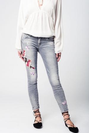 Calça slim  jeans bordada cinza