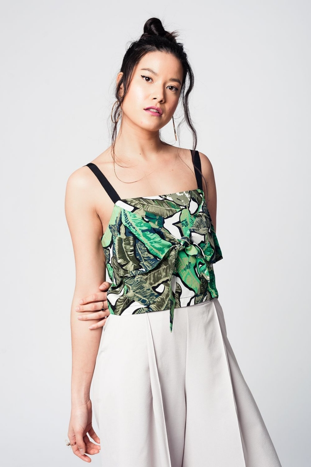 Blusa curta verde com folhas padronizadas e alças pretas