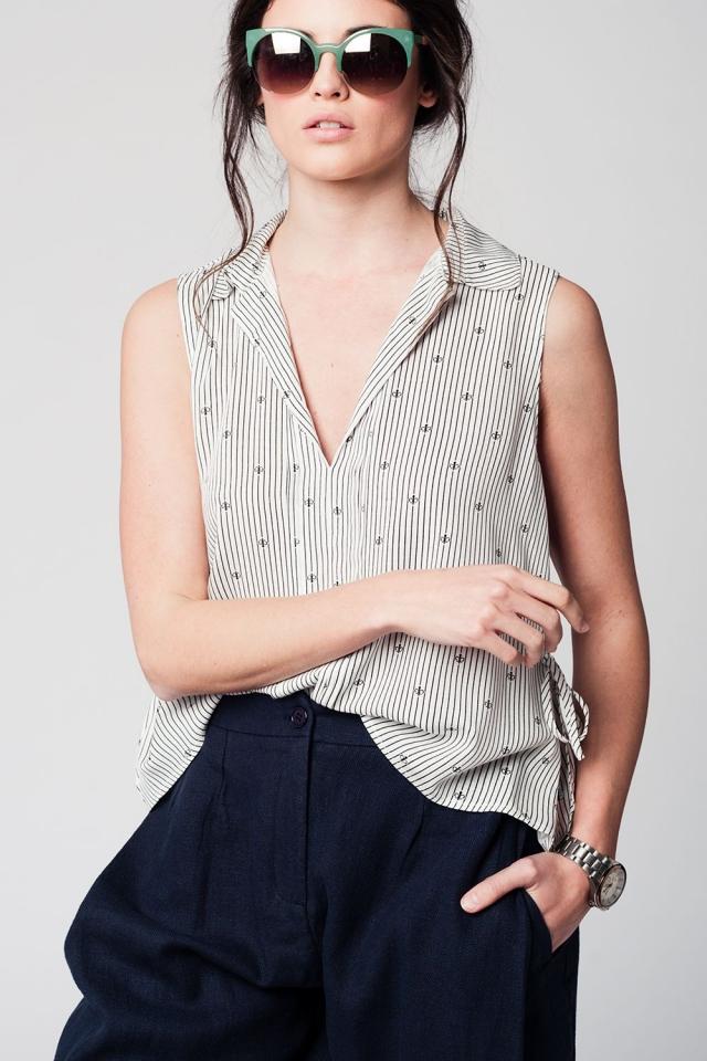 Blusa preta sem mangas com decote em V e design de marinheiro
