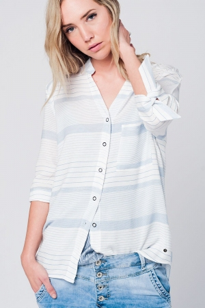 Camisa listrada azul com laço nos punhos