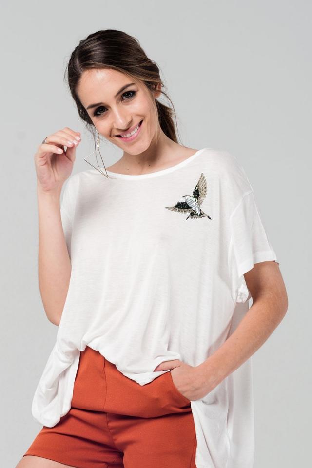 T-shirt oversize branca com detalhes bordados