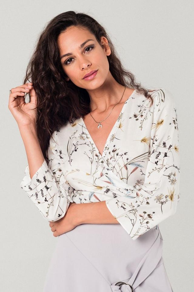 Blusa branca cruzada com estampa flores