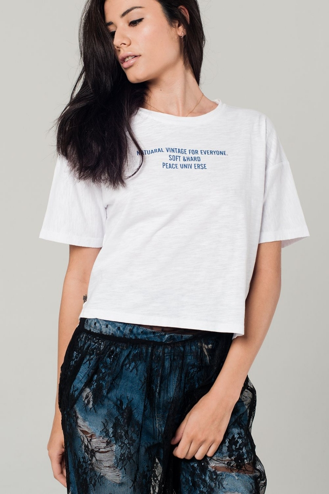 T-shirt branco com detalhe de texto