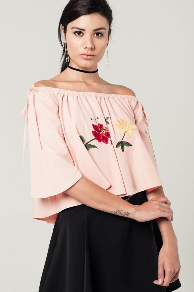 Top curto rosa com ombros descobertos e bordados flores