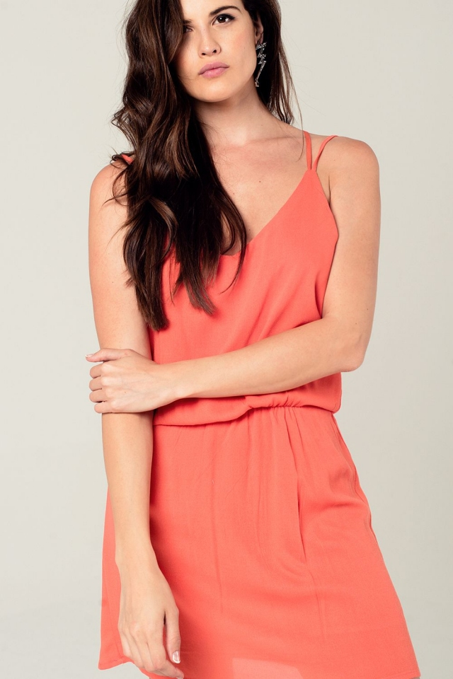 Mini vestido de laranja com detalhe chrosé de volta