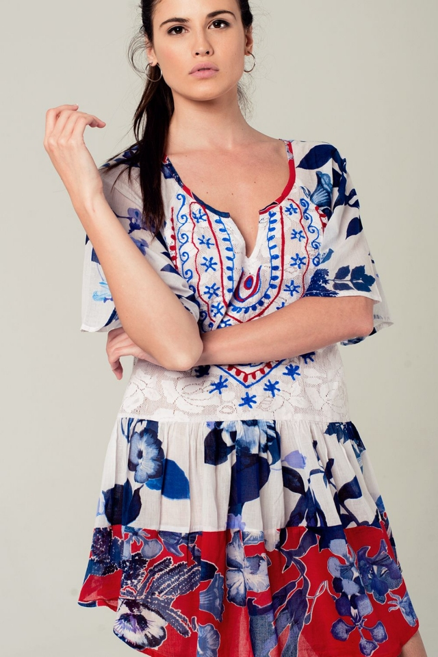 Vestido azul no estilo boho com impressão floral e detalhes bordados