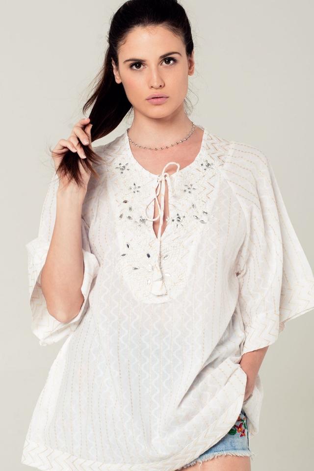 Mini vestido branco com detalhes bordados