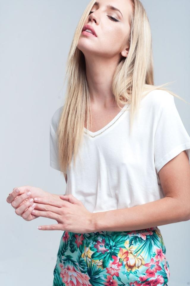 Camiseta branca com decote em strass