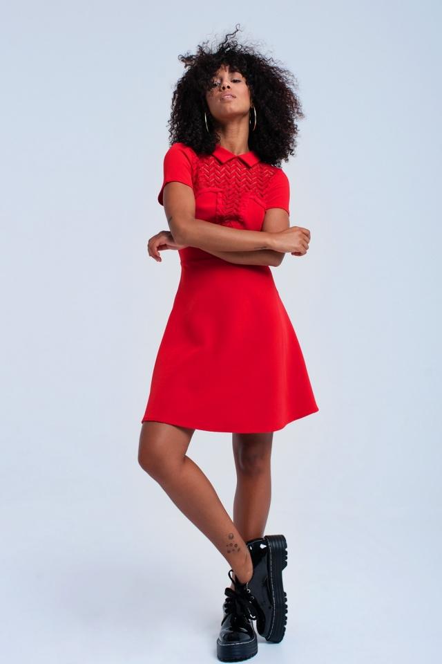 Mini vestido vermelho com detalhes de renda