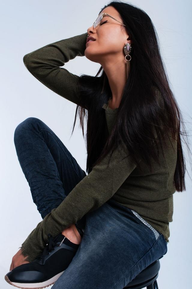 Suéter cáqui com pequenos cortes