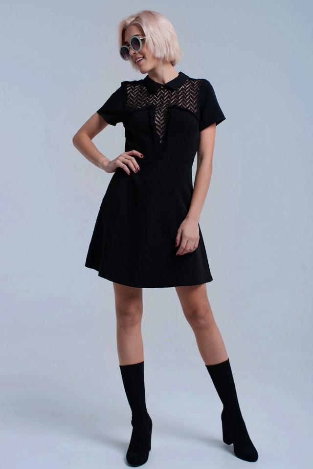 Mini vestido preto com detalhes de renda