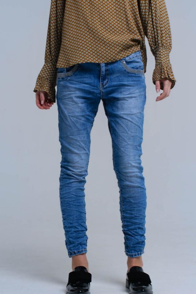 Calças de ganga azul com detalhes de lantejoulas