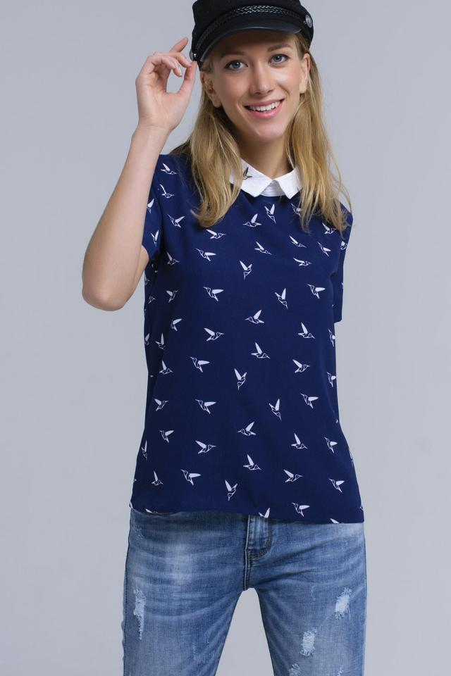 Camisa azul marinho com pássaros impressos brancos