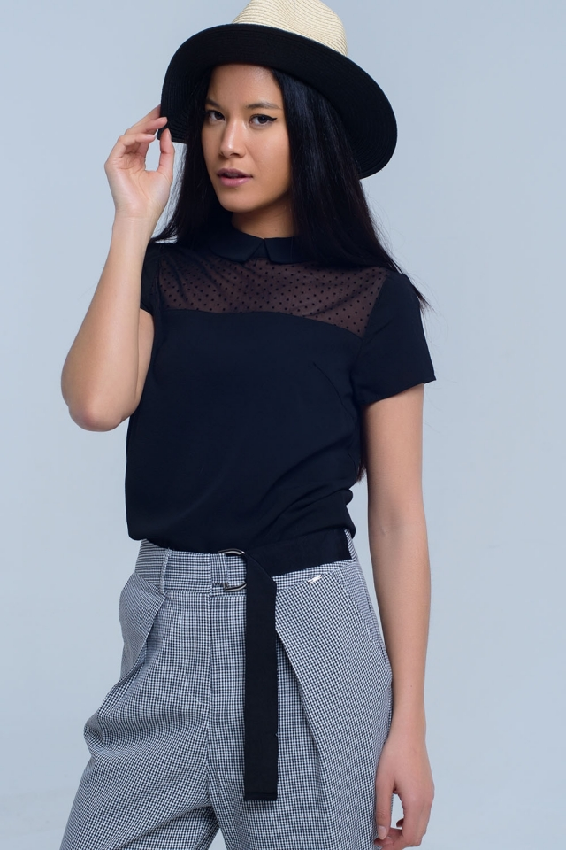 Camisa preta com detalhes de bolinhas