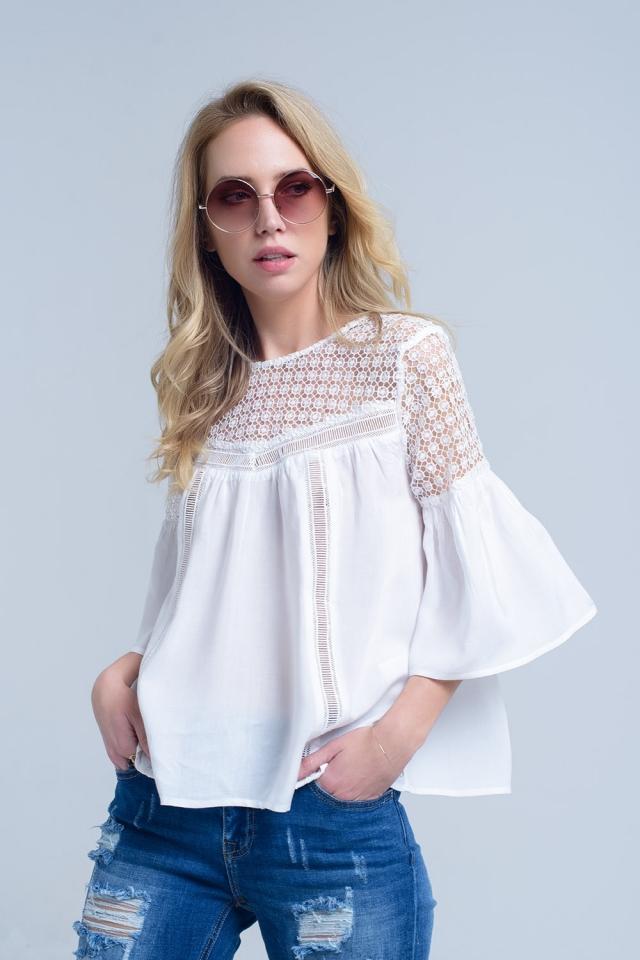 Blusa branca com detalhe de crochê