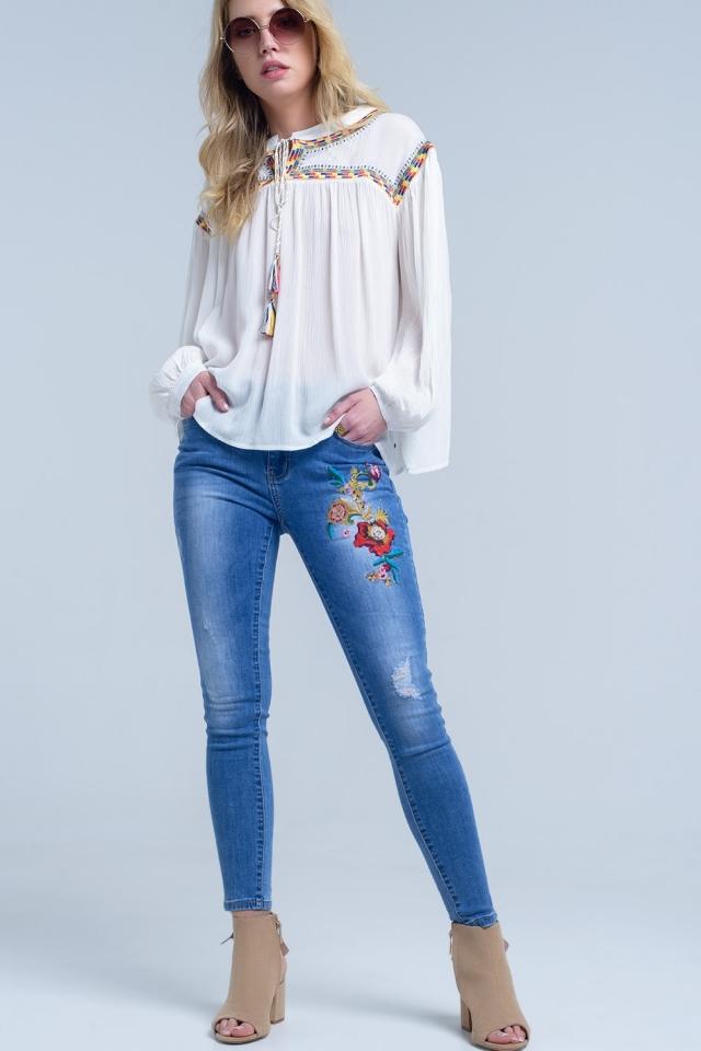 Calças jeans magras com bordados florais
