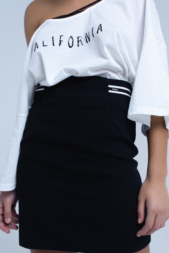 Saia preta com detalhes laterais elásticos e listras brancas