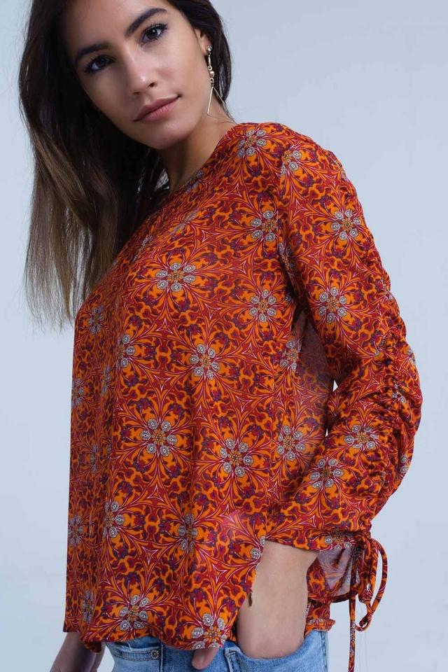 Blusa vermelha com estampa floral