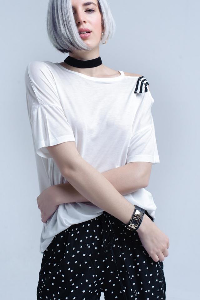 T-shirt branca com um ombro aberto