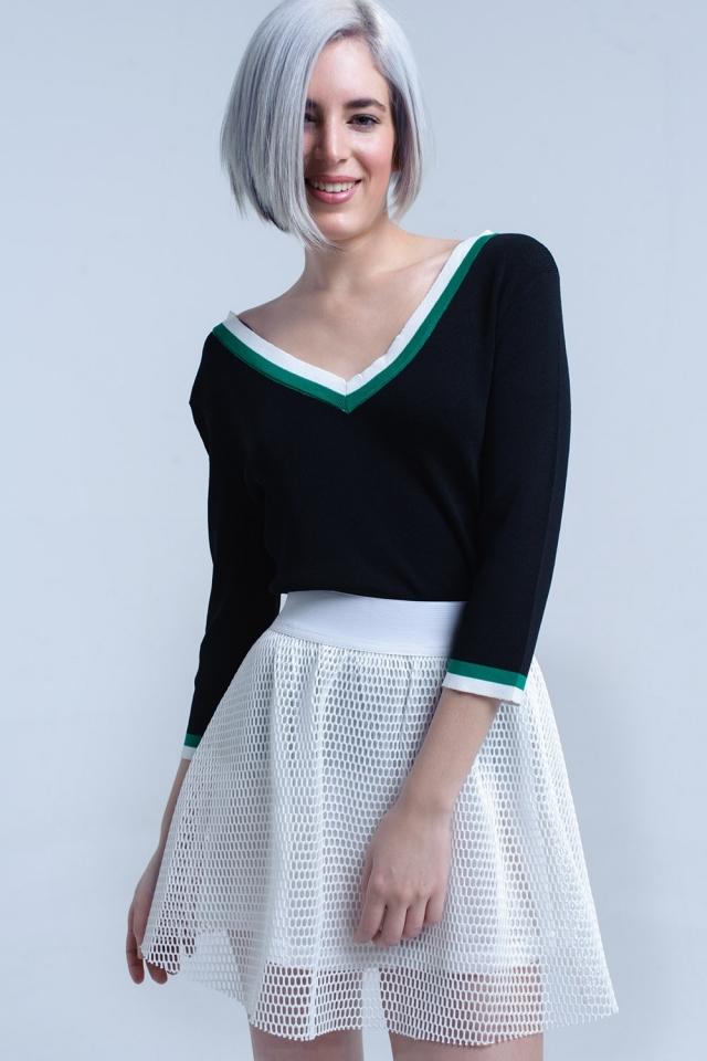Camisa preta com decote em V com contraste verde e branco
