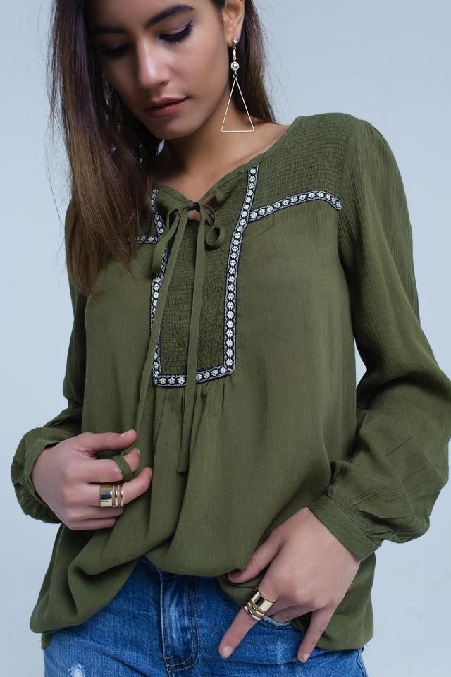 Blusa verde com detalhes bordados