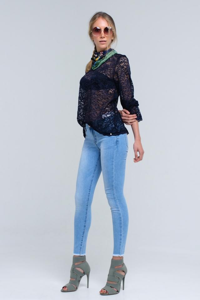 Jeans azul claro com bainha crua