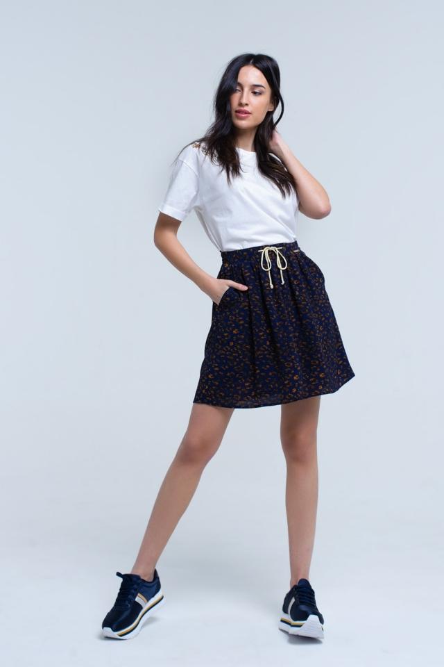 Mini-saia impressa a azul com acabamentos de contraste