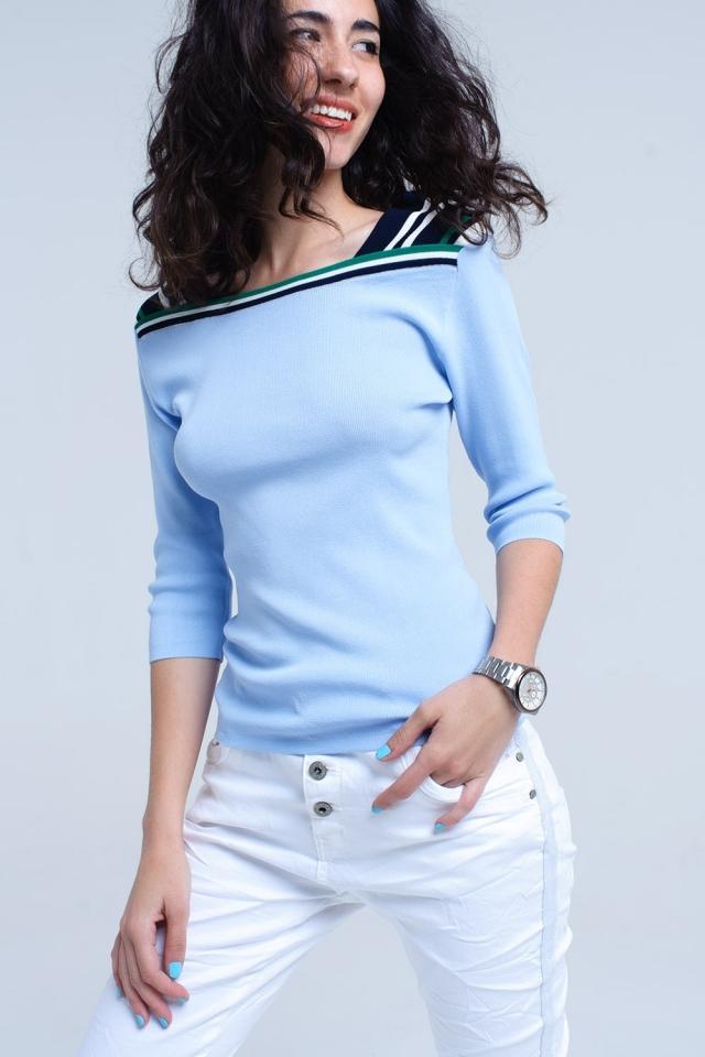 Camisola leve azul com faixas de contraste
