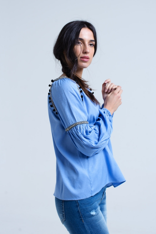 Camisa azul com borlas e detalhes bordados