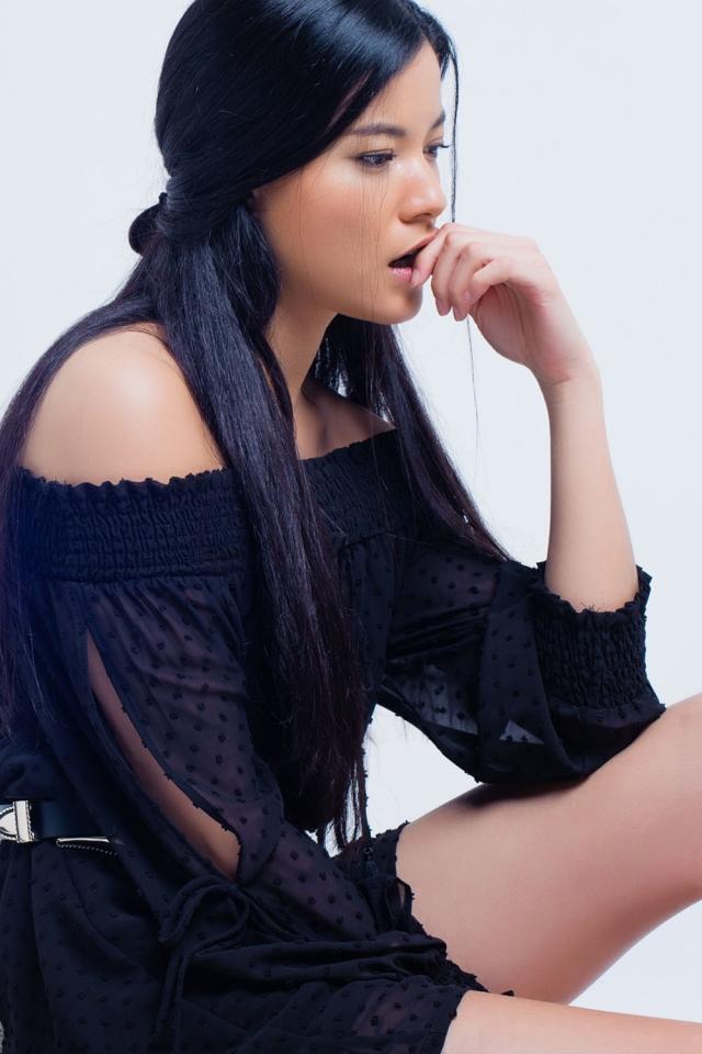 vestido preto com bordado pequeno