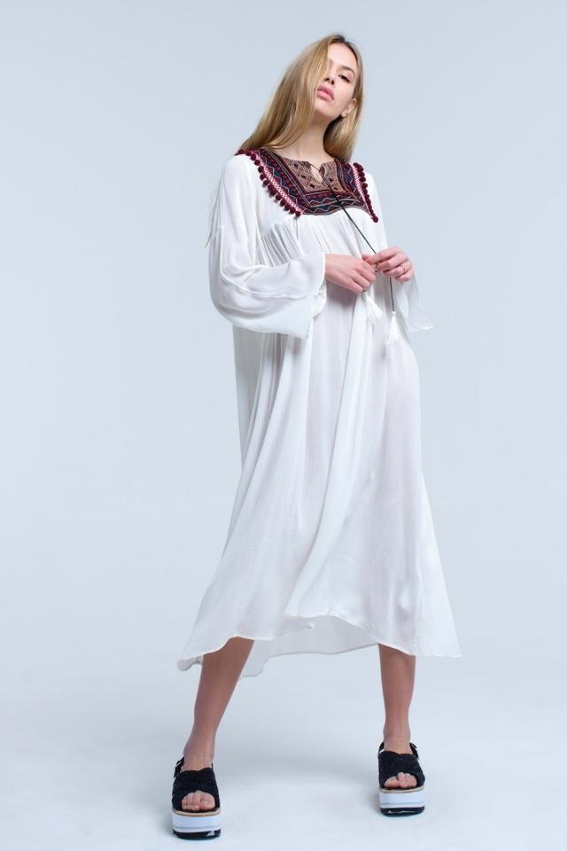 Vestido midi branco com borlas e detalhes bordados