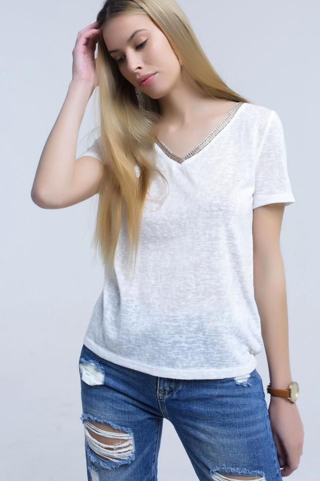 Camiseta branca com bordado no pescoço