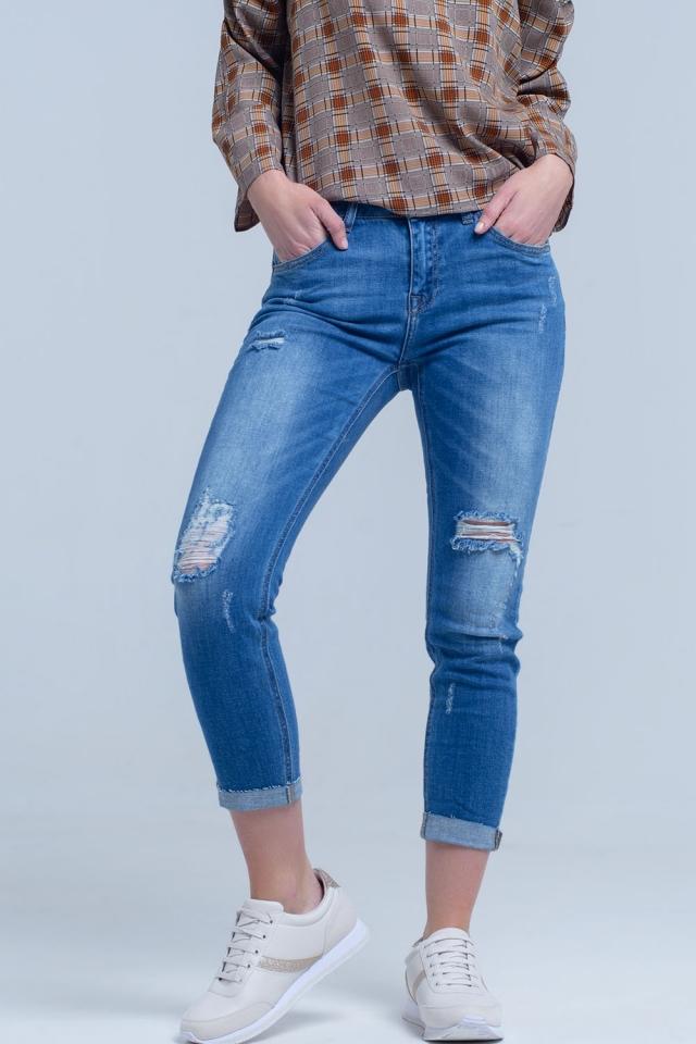 Jean magrinha com rasgos nas pernas