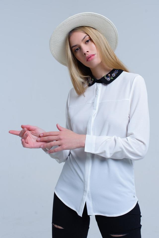 Camisa branca com colarinho embelezado