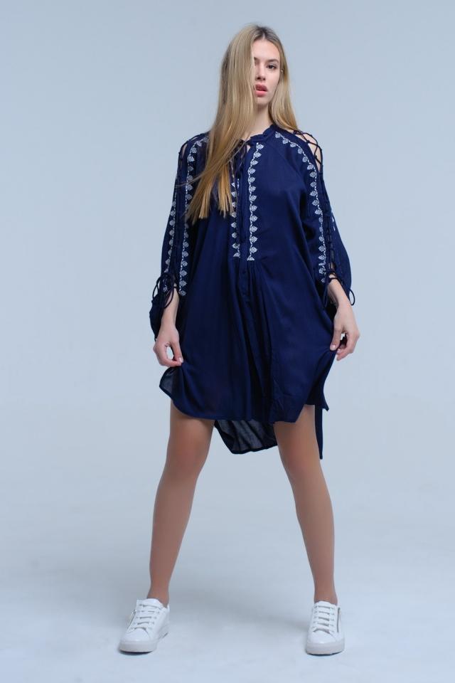 Vestido azul marinho bordado com detalhe de manga aberta